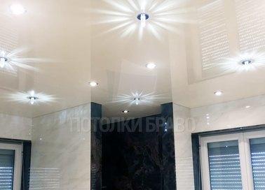 Молочный глянцевый натяжной потолок со светильниками НП-1350