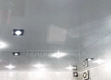 Серый натяжной потолок с квадратными светильниками НП-1351