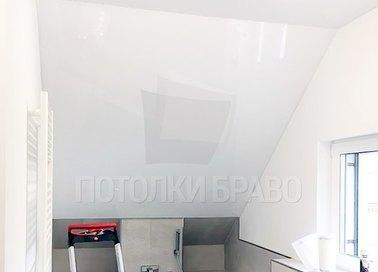 Сатиновый натяжной потолок под углом для ванной комнаты НП-1369