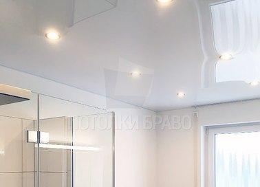 Современный глянцевый натяжной потолок для ванной комнаты НП-1370