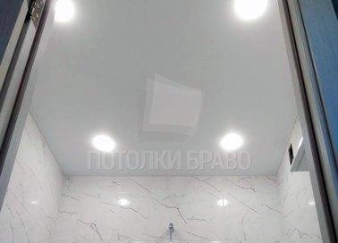 Белый натяжной потолок под мрамор для ванной комнаты НП-1373