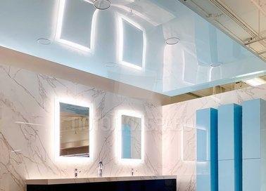 Объемный голубой натяжной потолок для ванной комнаты НП-1379
