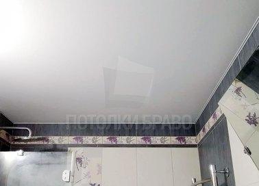 Обычный матовый натяжной потолок для ванной комнаты НП-1395