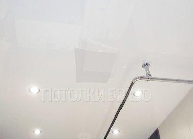 Матовый натяжной потолок с трубой для штор НП-1403
