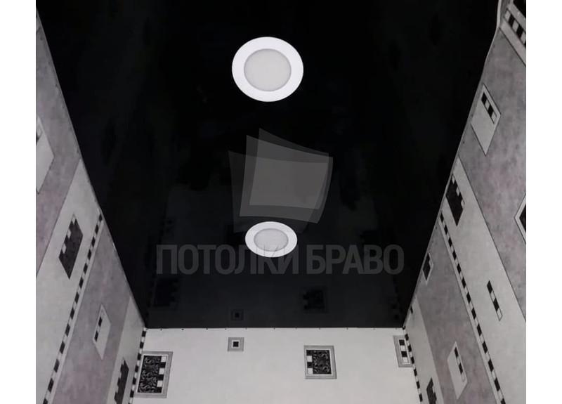 Стильный черный глянцевый натяжной потолок для туалета НП-1421
