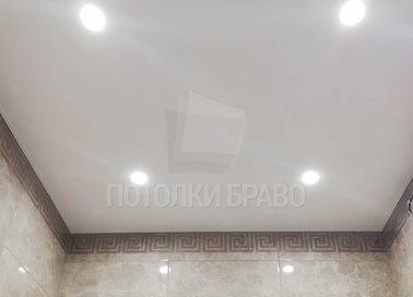 Абстрактный трехцветный натяжной потолок для коридора НП-1423