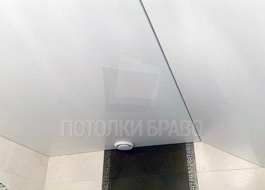 Наклонный матовый белый натяжной потолок НП-1437