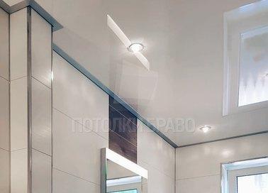 Глянцевый натяжной потолок для ванной комнаты НП-1440 - фото 2