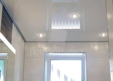 Глянцевый натяжной потолок для ванной комнаты НП-1440