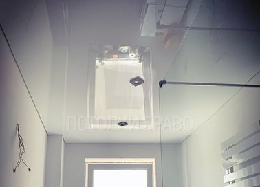 Глянцевый натяжной потолок для ванной комнаты НП-1445