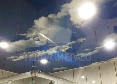Глянцевый с облаками натяжной потолок в ванную НП-1449