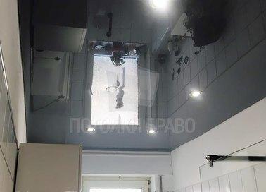 Черный глянцевый натяжной потолок в ванную комнату НП-1452
