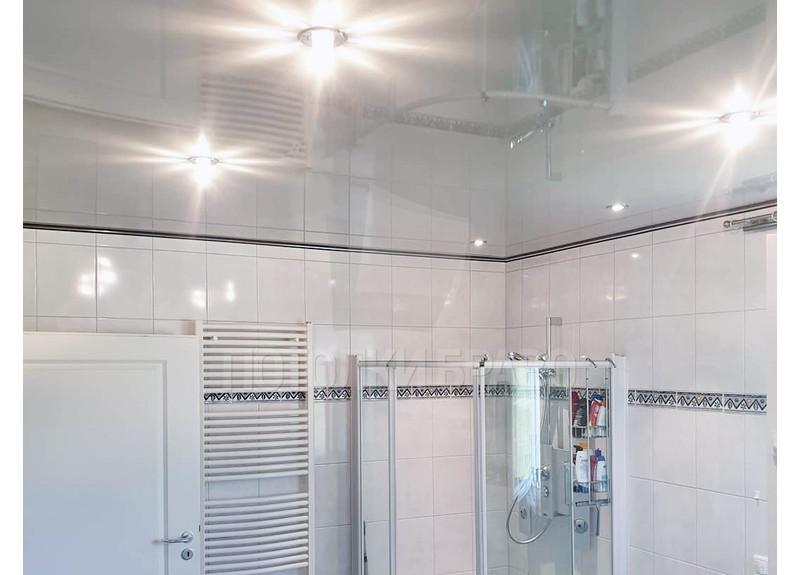 Серый глянцевый натяжной потолок для ванной комнаты НП-1467