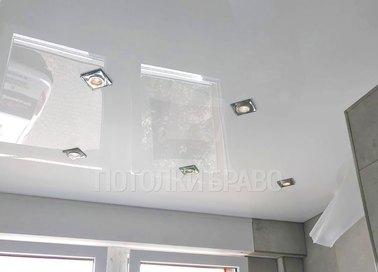 Глянцевый натяжной потолок с квадратными светильниками НП-1470