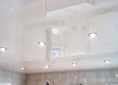 Глянцевый натяжной потолок с рядами светильников НП-1473