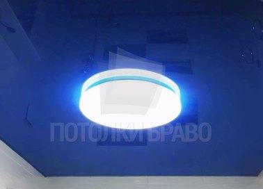 Глянцевый натяжной потолок синий со светильником НП-148