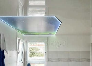 Глянцевый натяжной потолок с зеленой вставкой для ванны НП-1483
