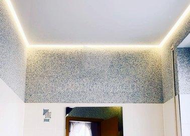 Глянцевый серый натяжной потолок с подсветкой для ванны НП-1486 - фото 2