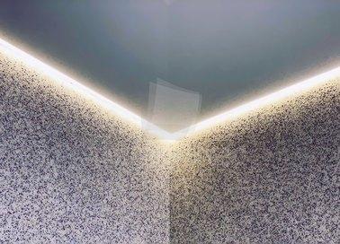 Глянцевый серый натяжной потолок с подсветкой для ванны НП-1486 - фото 3