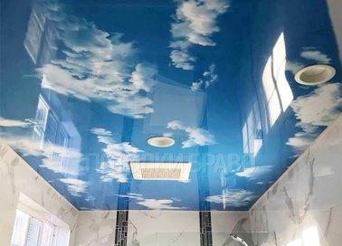 Глянцевый натяжной потолок с изображением неба для ванной НП-1488