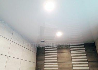 Белый сатиновый натяжной потолок для ванной комнаты НП-17491