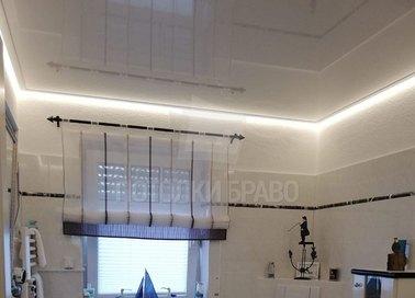 Глянцевый натяжной потолок цвета шампань для ванной комнаты НП-1497 - фото 2