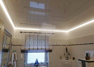 Глянцевый натяжной потолок цвета шампань для ванной комнаты НП-1497