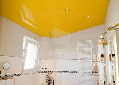 Желтый глянцевый натяжной потолок под углом для ванной НП-983