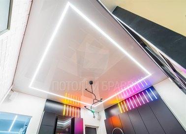 Белый глянцевый натяжной потолок с подсветкой для ванной НП-1506