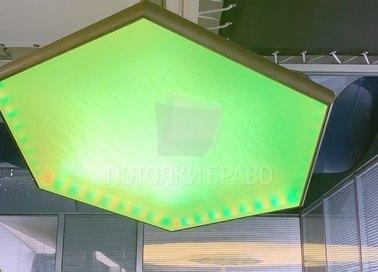 Зеленый матовый натяжной потолок в форме шестиугольника НП-1541