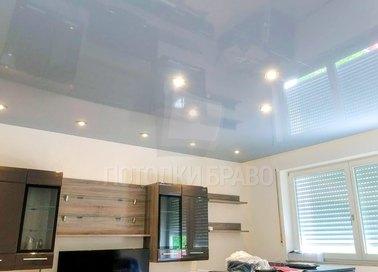 Серый глянцевый натяжной потолок для жилой комнаты НП-1545