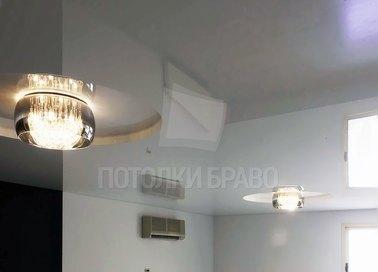Глянцевый натяжной потолок с люстрами НП-1550
