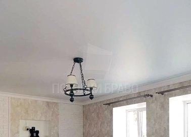 Классический натяжной потолок для жилой комнаты НП-1560 - фото 2