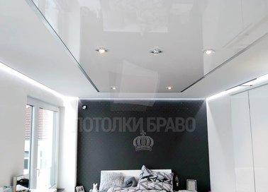 Глянцевый натяжной потолок для спальни НП-1564