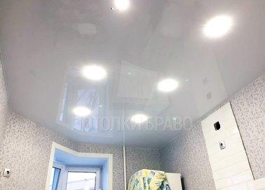Белый глянцевый натяжной потолок со светильниками НП-1567