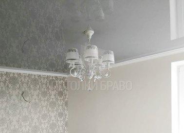 Глянцевый белый под люстру в спальню натяжной потолок НП-1576