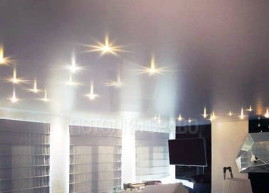 Сатиновый белый натяжной потолок в гостиную НП-1579
