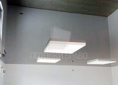 Серый зеркальный натяжной потолок для жилой комнаты НП-1582