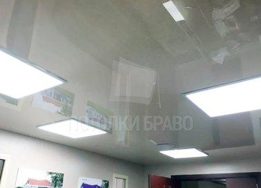 Серый натяжной потолок с прямоугольными светильниками НП-1584
