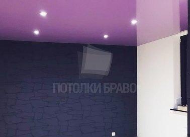 Сиреневый глянцевый натяжной потолок со светильниками НП-1589