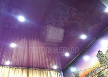 Фиолетовый глянцевый натяжной потолок со светильниками НП-1590