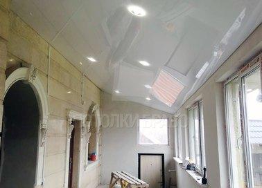 Глянцевый натяжной потолок под углом для балкона НП-1595