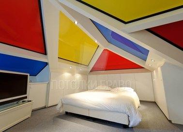 Сложный разноцветный натяжной потолок для мансарды НП-1596