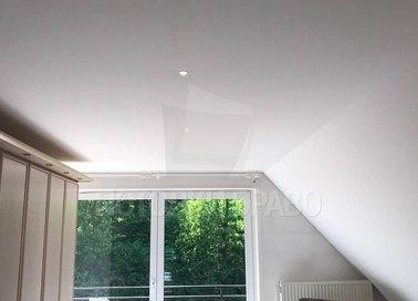 Белый матовый натяжной потолок под углом для жилой комнаты НП-1600