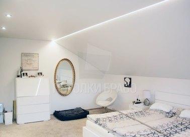 Белый матовый натяжной потолок для спальни под углом НП-1602