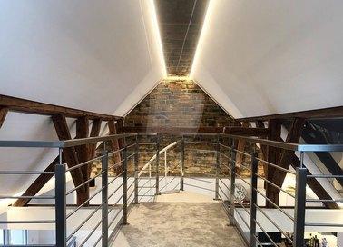 Матовый натяжной потолок под углом с освещением НП-1603