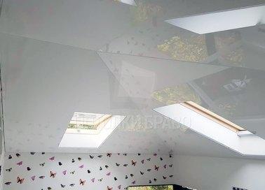 Глянцевый натяжной потолок под углом для жилой комнаты НП-1604