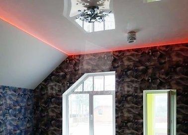 Глянцевый натяжной потолок с красной подсветкой под углом НП-1606