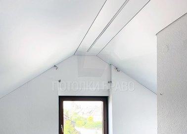 Белый матовый натяжной потолок под углом для мансарды НП-1608