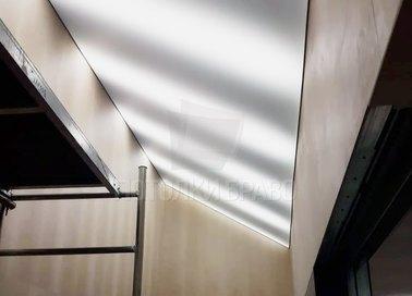 Матовый натяжной потолок под углом для гардеробной НП-1609